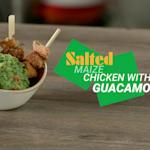 Pollo di mais salato con guacamole