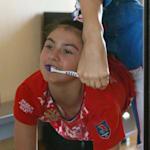 Lala Kramarenko: Comment se brosser les dents avec ses pieds ?