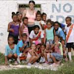 La nadadora española Thaïs Henríquez visita a los desplazados colombianos