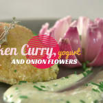 Pollo al curry, yogurt y flores de cebolla