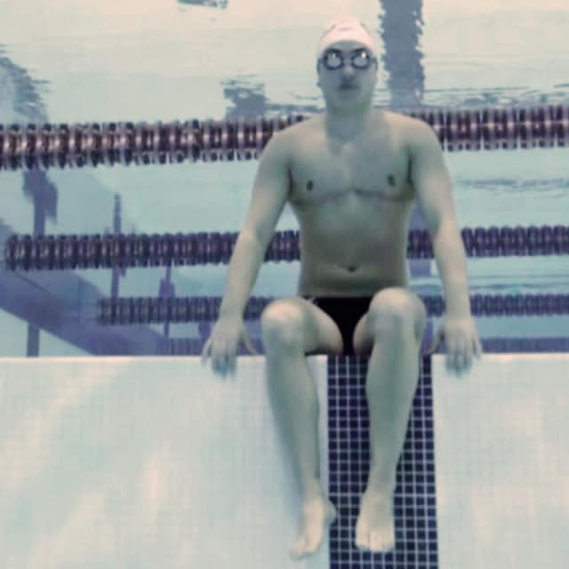 性転換して男子チームに居場所を見つけた競泳スター