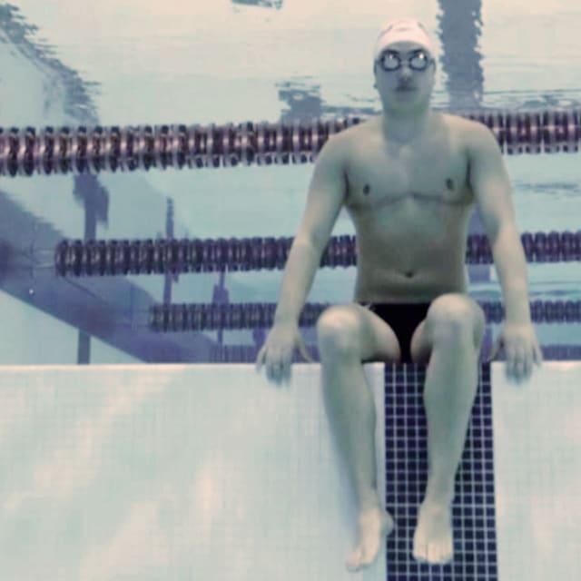السباح المتحوّل جنسياً يتألق في فريق الرجال