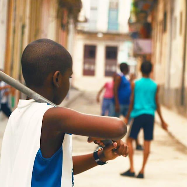 Cuatro Esquinas: Strict nécessaire dans la rue pour le baseball à la Havane