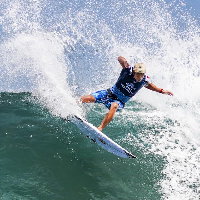 발리에서 승리의 서핑을 하는 카노아 이가라시