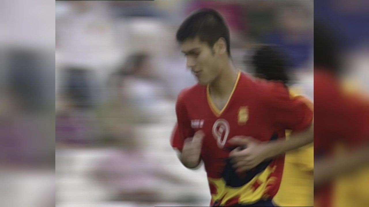 スペインのペップ・グアルディオラがバルセロナ1992でフリーキックを決める