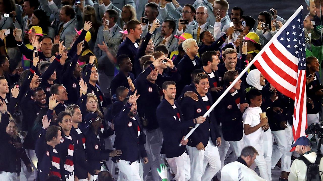 マイケル・フェルプスが旗手としてアメリカ選手団を先導