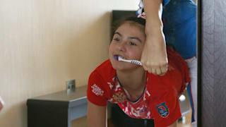 ララ・クラマレンコ:足で歯を磨く方法