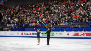 Sui Wenjing and Han Cong take the crowd's applause after their pairs free skate