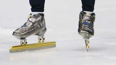 Patins e luvas especiais para patinadores de velocidade em pista curta