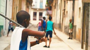 Cuatro Esquinas: As regras do beisebol de rua em Havana