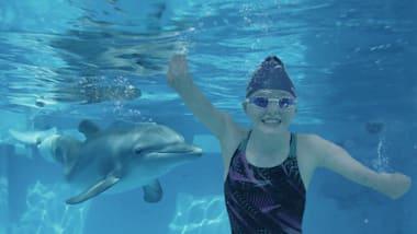 Ellie y Winter: la joven de 14 años inspirada por un delfín sin cola