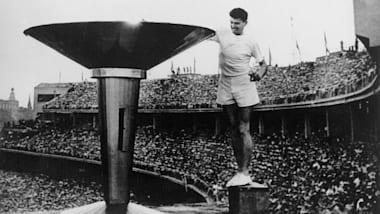 Ron Clarke accende la Torcia Olimpica a Melbourne 1956