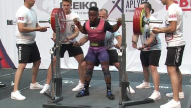 Okpoko estabelece um novo recorde ao levantar quatro vezes o seu peso corporal