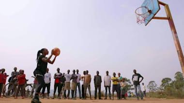 Nakivale: una talentosa refugiada sueña con jugar al baloncesto profesional