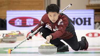 世界男子カーリング選手権、首位カナダとスコットランドを破った日本がプレーオフ進出を決める
