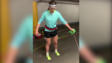 شاهد: المتزلجة فلهوفا تتدرب في مرآب سيارات في زغرب