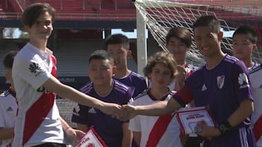 YOG 선수들과 경험을 공유한 구조된 태국 축구 선수들