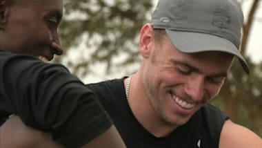 Medalha de prata, Gus Kenworthy, visita refugiados do Campo Nakivale