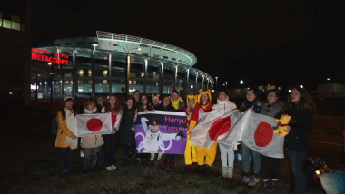 Fanáticos animan a un lesionado Yuzuru Hanyu durante la Copa Rostelecom