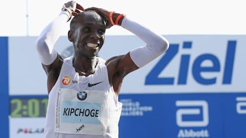 Guarda Eliud Kipchoge battere il record mondiale nella maratona