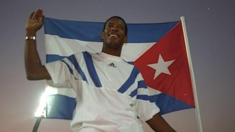 علماء النفس يدربون أسطورة القفز العالي  Arriba Cuba