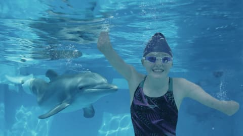 Ellie e Winter: la 14enne ispirata da un delfino senza coda