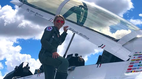 Mikaela Shiffrin en vol avec les Air Force Thunderbirds