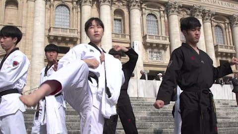 Atletas surcoreanos hacen una exhibición de taekwondo para el Papa Francisco