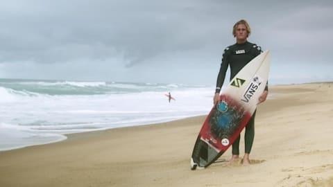 El surfista que dejó su país en busca de olas