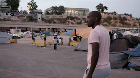 O campeão Olímpico de remo Sizwe Ndlovu visita refugiados na Grécia