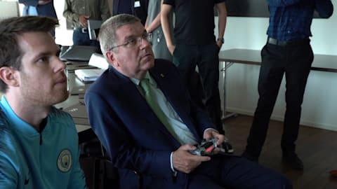 IOC-Präsident Thoams Bach lernt profi E-Gamer kennen