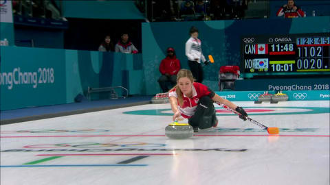 Canadense Kaitlyn Lawes joga pedra de curling errada