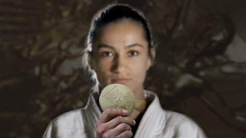 코소보에게 매우 중요했던 마일린다 켈멘디의 역사적인 메달