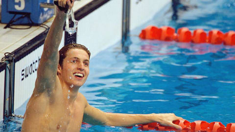 Pieter van den Hoogenband wins 100m freestyle gold at Sydney 2000