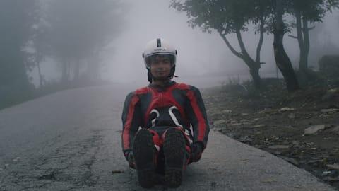 Esta leyenda del luge indio entrena en las carreteras del Himalaya