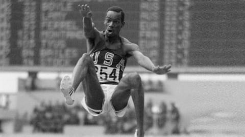 Beamon vuela para lograr el récord de salto largo en México 1968
