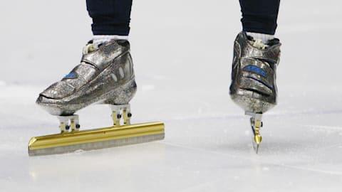 短道速滑运动员使用特殊的冰鞋和手套