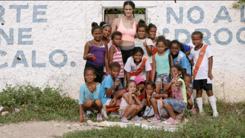 Spanish Olympic star Thaïs Henríquez visits Colombians displaced by the war