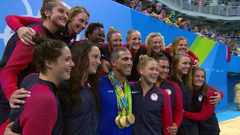 El entrenador de EE.UU. fue homenajeado por su equipo de water polo