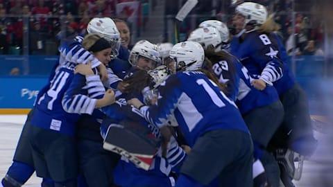 Die Eishockey-Damenmannschaft der USA holt im Penaltyschießen Gold