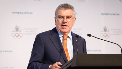 IOCのバッハ会長、東京五輪1年前イベントでフェンシング体験イベントに参加