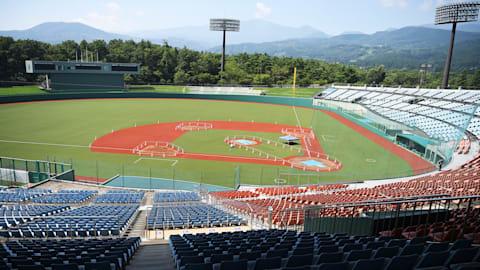 ソフトボール五輪テスト大会:福島県営あづま球場のマウンドを上野由岐子も確認