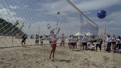 يوم الأرض: معدات صيد تتحول إلى شباك الكرة الطائرة