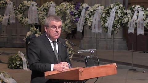 Thomas Bach ehrt Patrick Baumann