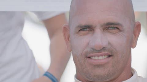 Slater admite 'sensación extraña' al competir con surfistas menos conocidos