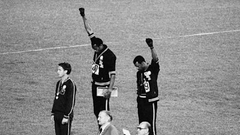 Deux Américains font le salut du Black Power