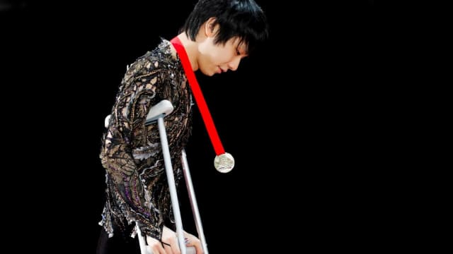 Hanyu with medal from Rostelecom Cup