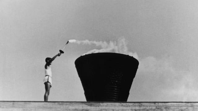 聖火リレーの最終ランナーを務めたのは坂井義則。原爆投下の日に広島で生まれており、平和を願う存在として起用された