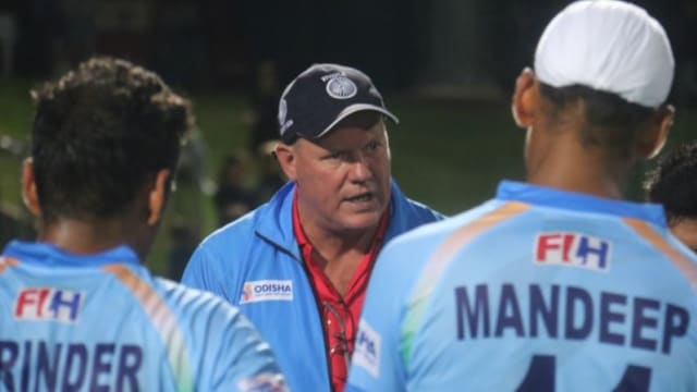 India head coach Graham Reid speaks to his players during the tour of Australia (picture courtesy of Hockey India)