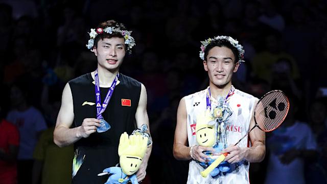 2018 world champion Kento Momota (R) with runner-up Shi Yuqi